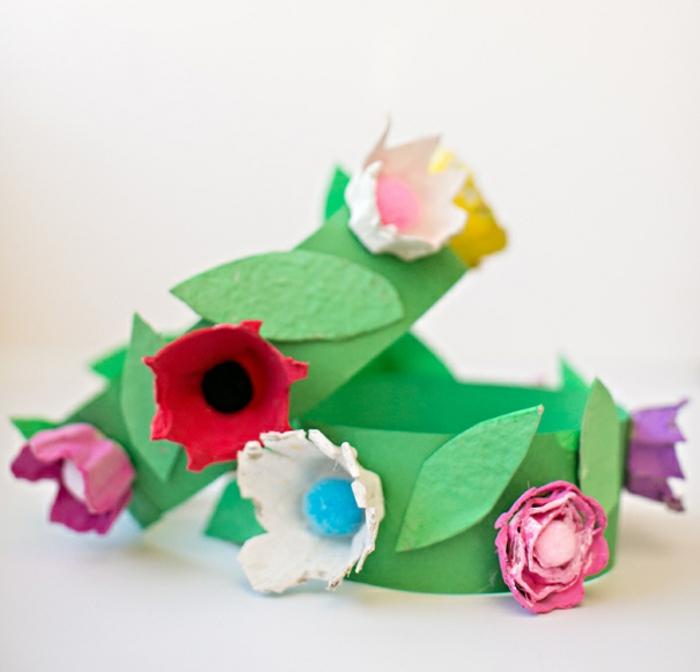 preciosas ideas de manualidades con cartulina, coronas DIY decoradas de flores hechas de hueveras