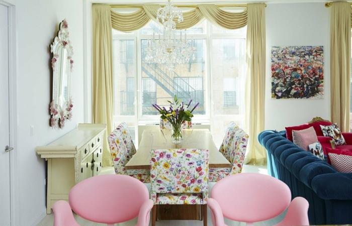 paredes pintadas originales, salón decorado en estilo vintage, sillones en rosado, sillas con motivos florales