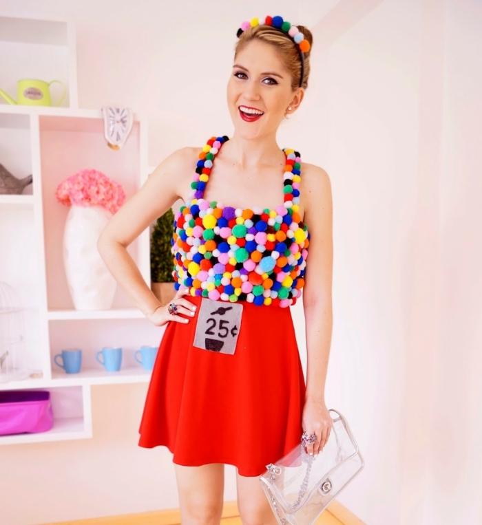 disfraces sencillos de Halloween para mujeres paso a paso, vestido rojo corto decorado con pompones