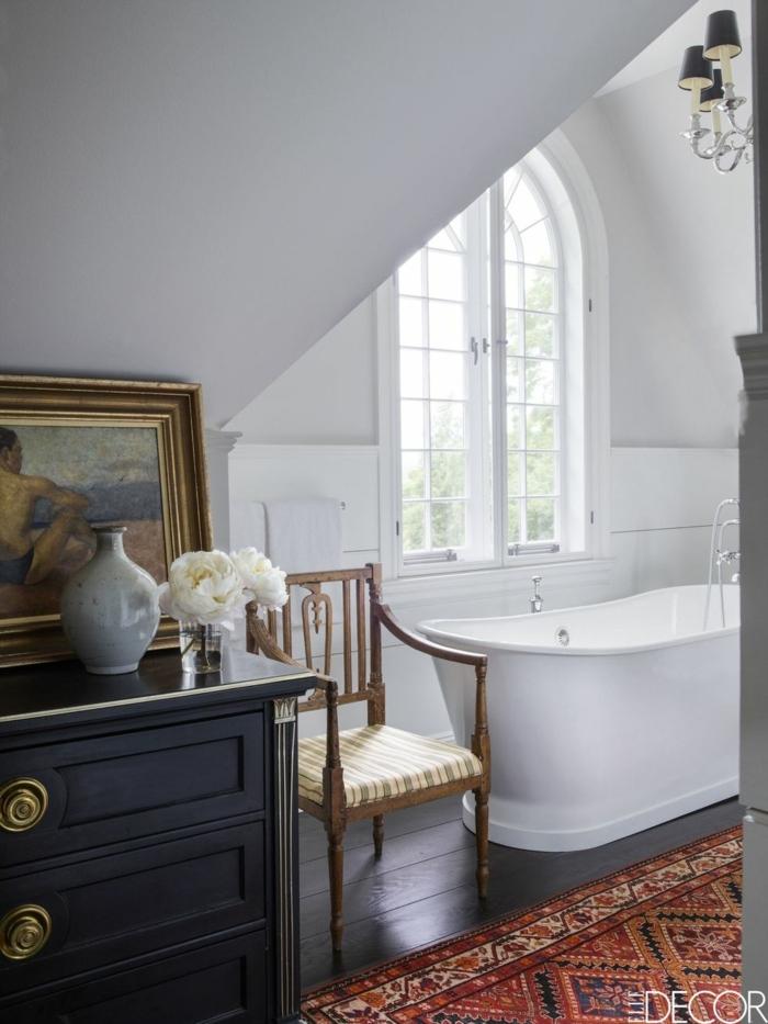 ejemplos de cuartos de baño decorados en estilo rústico, muebles de época, techo inclinado, alfombra vintage