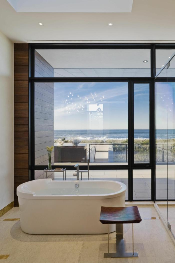 baño diseñado en estilo contemporáneo con preciosa vista al mar, bañera moderna oval, luces empotradas