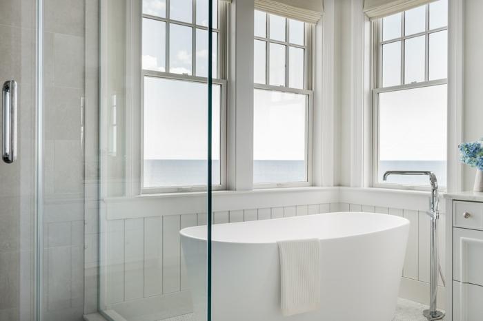 reforma baño pequeño, imágines con cuartos de baño de diseño, baño de lujo decorado en blanco con bonita vista al mar
