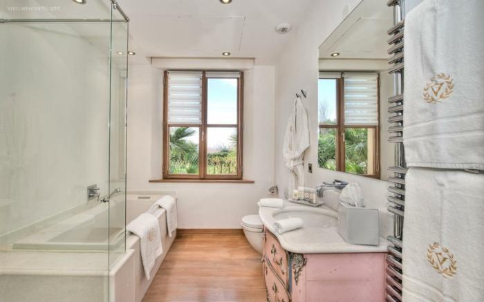 diseños de baños decorados en estilo vintage, suelo de parquet, paredes en blanco con luces empotradas