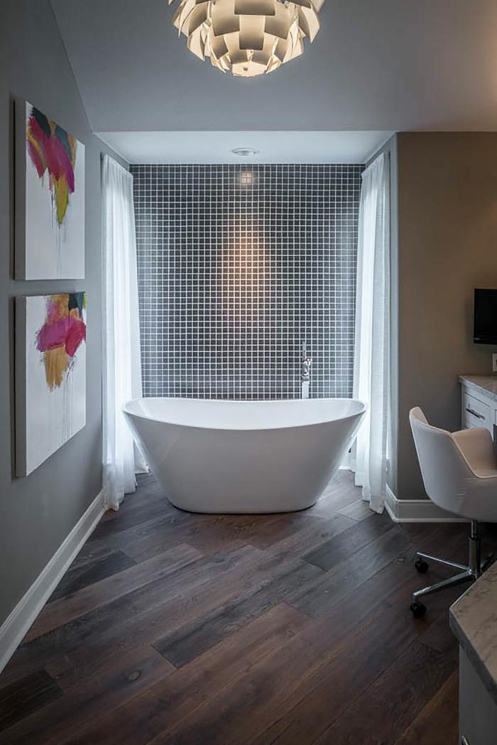 baño en estilo ecléctico con luces empotradas y azulejos de diseño, decoración con pinturas en la pared