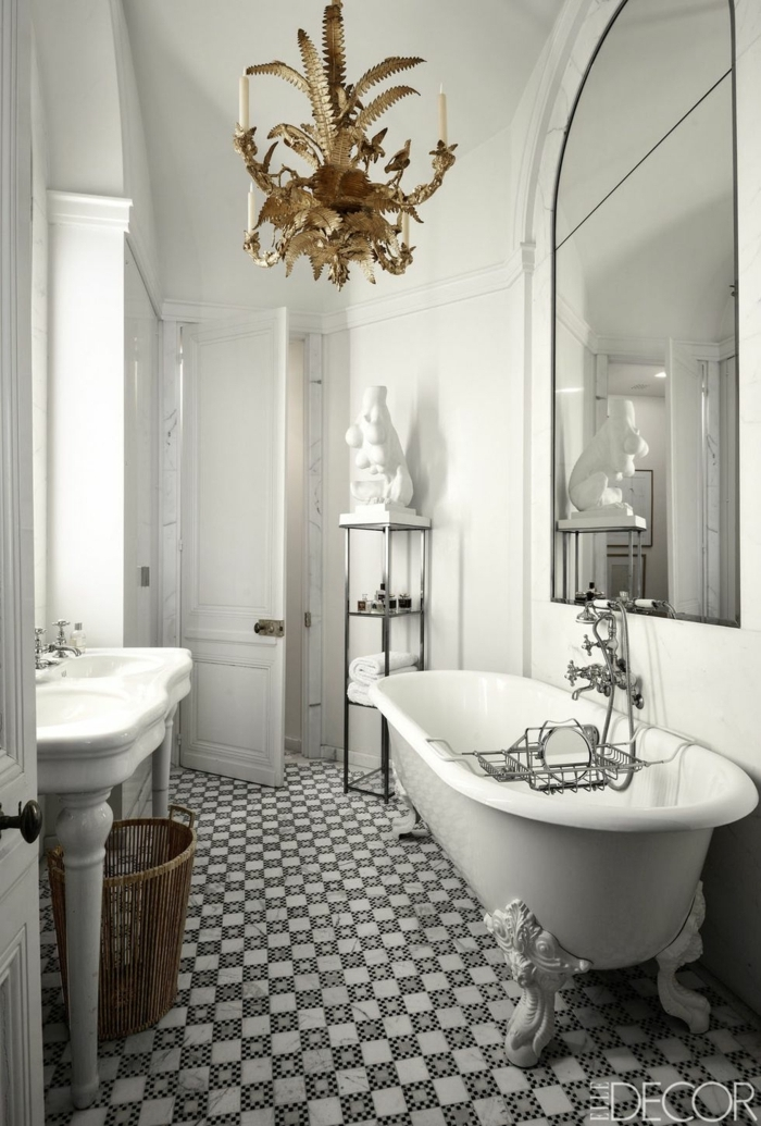 baños grises decorados en estilo vintage, azulejos de diseño motivos geométricos, candelabro vintage en dorado