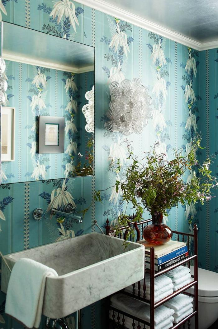 baño decorado en estilo clásico con papel tapiz vintage con motivos florales en blanco y azul