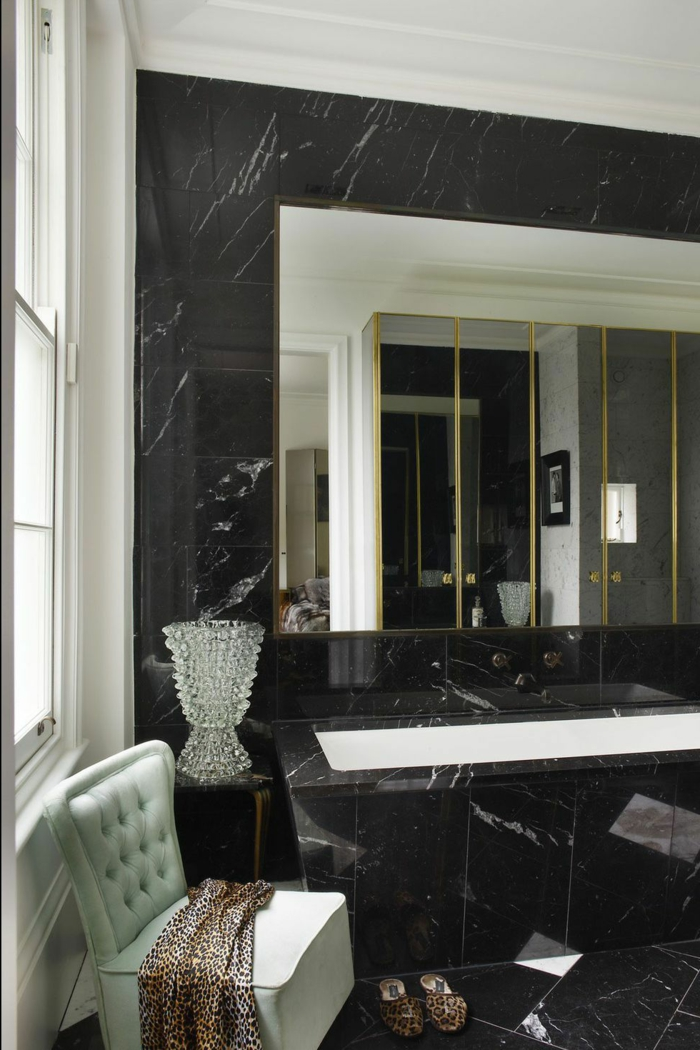 baños grises de diseño, cuarto de baño con suelo y paredes de mármol en gris oscuro, silla en estilo vintage