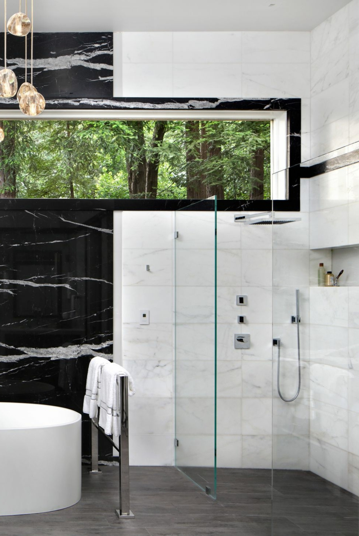 decoración de baño en estilo contemporáneo, contrastes de colores, paredes decoradas de mármol en blanco y negro