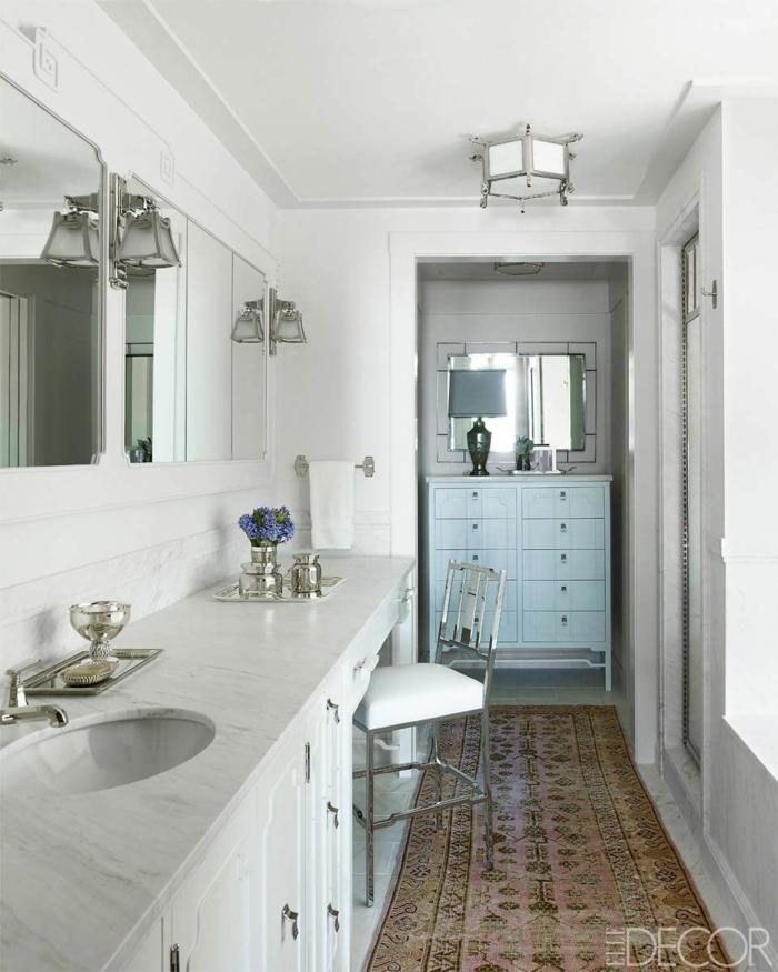 baño pequeño alargado decorado en estilo vintage, muebles de época, espejos vintage, alfombra ornamentada
