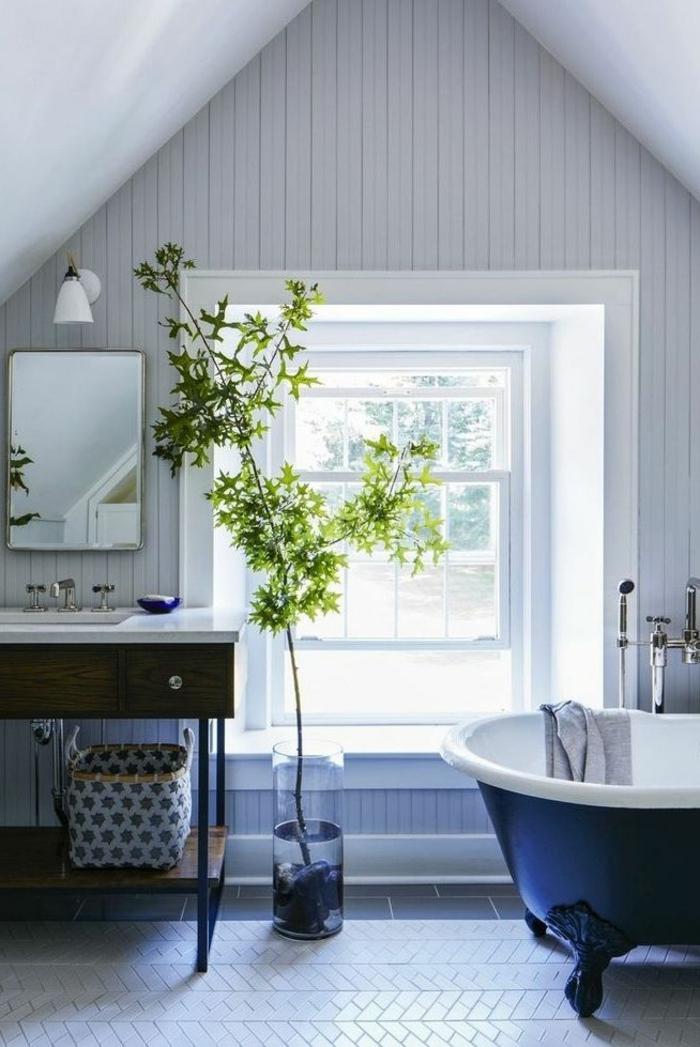 cuarto de baño colocado en una buhardilla, muebles en estilo vintage, decoración de plantas verdes, techo inclinado