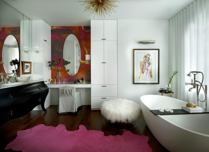 cuarto de baño de diseño decorado en estilo ecléctico, bañera exenta de forma oval, suelo de madera