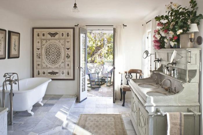 grande baño decorado en estilo vintage con muchos detalles detalles decorativos, cofre de época
