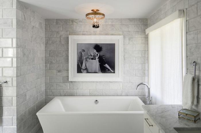 reforma baño pequeño ideas, precioso baño decorado en blanco y gris, grande bañera de diseño moderno, cuadro decorativo en la pared