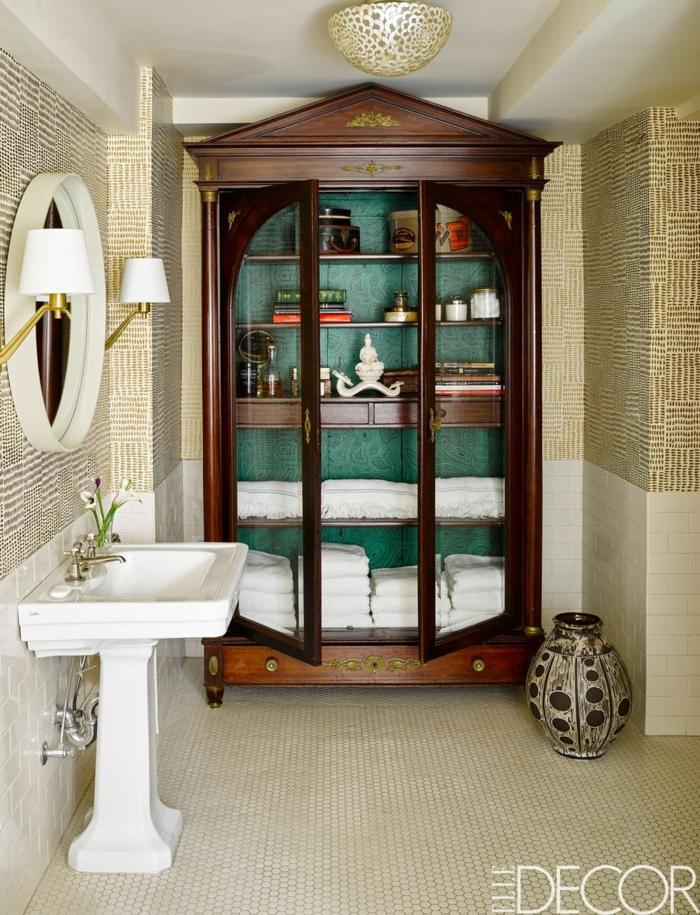 baños modernos decorados con muebles vintage, precioso armario de época hecho de madera, azulejos modernos en dorado
