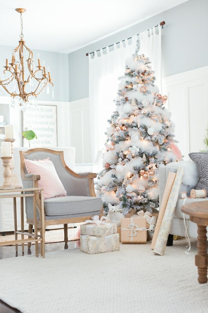 salón decorado de encanto en tonos pastel, como adornar un arbol de navidad con guirnaldas blancas