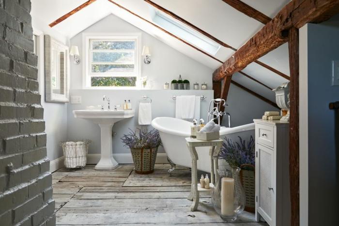 baño de diseño decorado en estilo rústico provenzal, suelo de madera, techo inclinado, decoracion con vigas