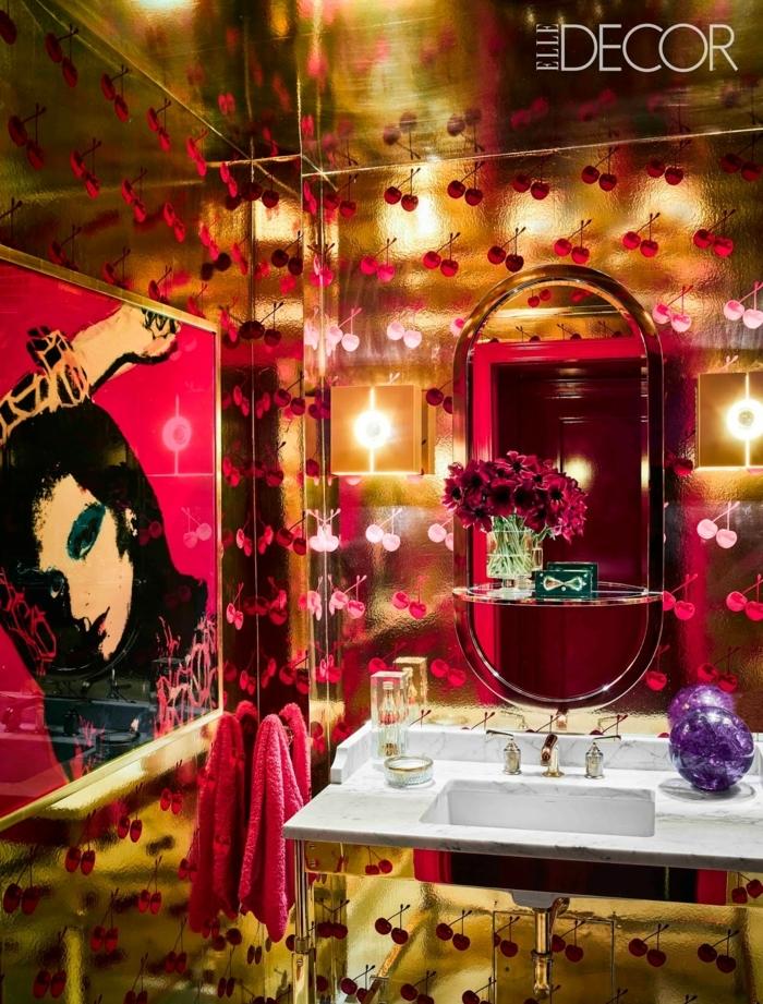 cuarto de baño en estilo ecléctico de diseño super extravagante, decoración en dorado y rojo