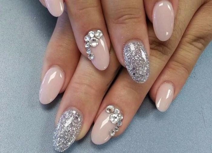 ideas de diseños uñas acrilicas o de gel, largas uñas con forma almendrada pintadas en rosado con decoración en plateado