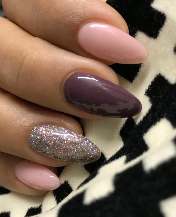 preciosas uñas pintadas en rosado, lila oscuro y plateado brillante, uñas acrilicas o de gel 2019