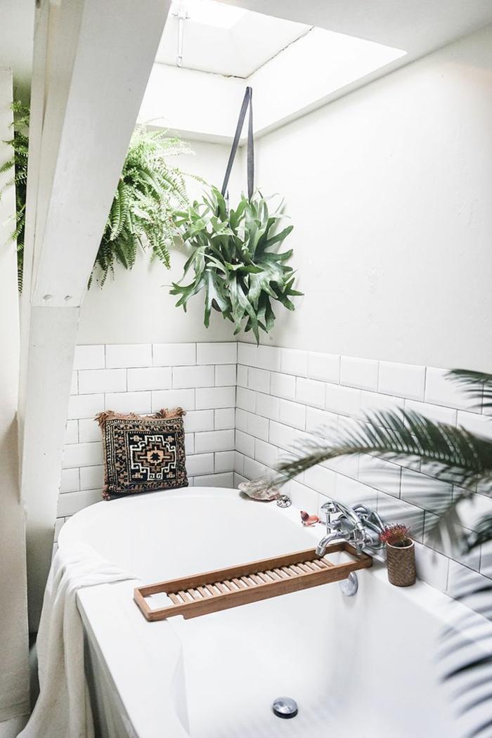 reformar baño tendencias boho chic, precioso baño decorado en blanco con detalles decorativos en estilo etno y plantas verdes