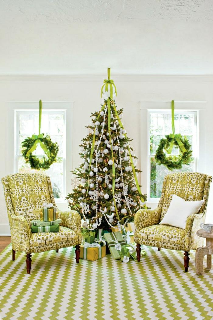 árboles de navidad originales decorados con cintas de tela, salón de diseño decorado en verde