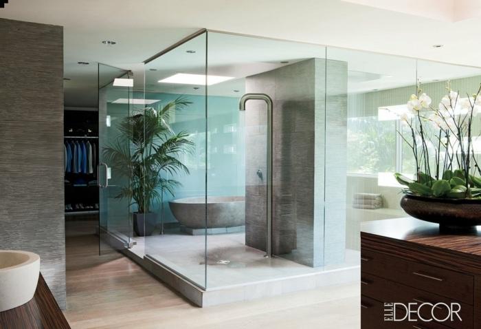 grande baño de diseño decorado en estilo contemporáneo, decoración minimalista en colores neutros