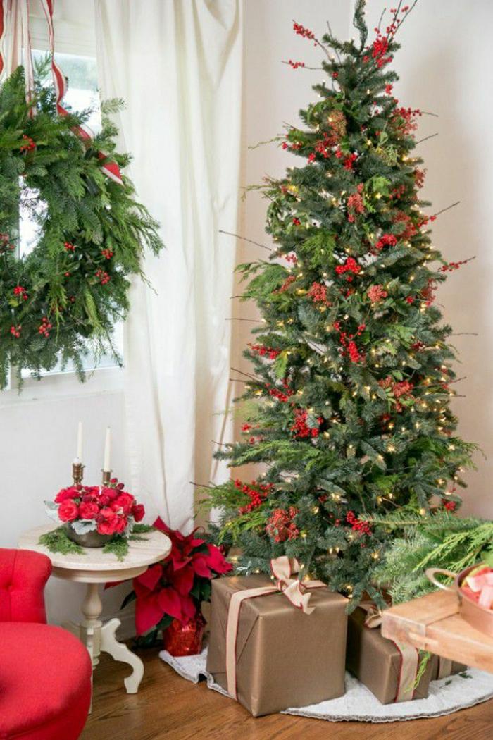 decoración navideña con adornos rojos, arbol de navidad reciclado, preciosa corona de navidad de materiales naturales