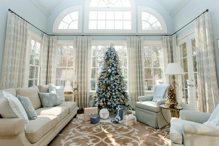 salón decorado con mucho encanto en azul y beige, precioso árbol navideño con adornos en colores pastel