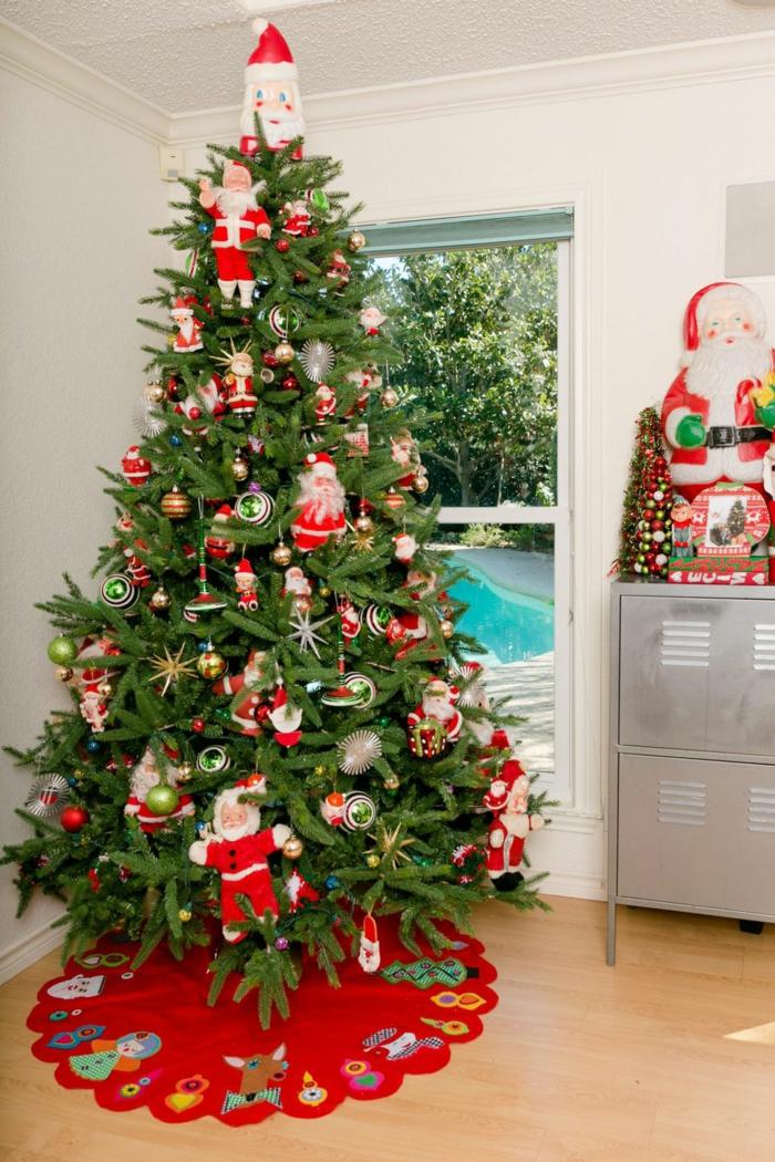 precioso árbol decorado con muñecos Papa Noel, ideas originales de decoración de árboles navideños