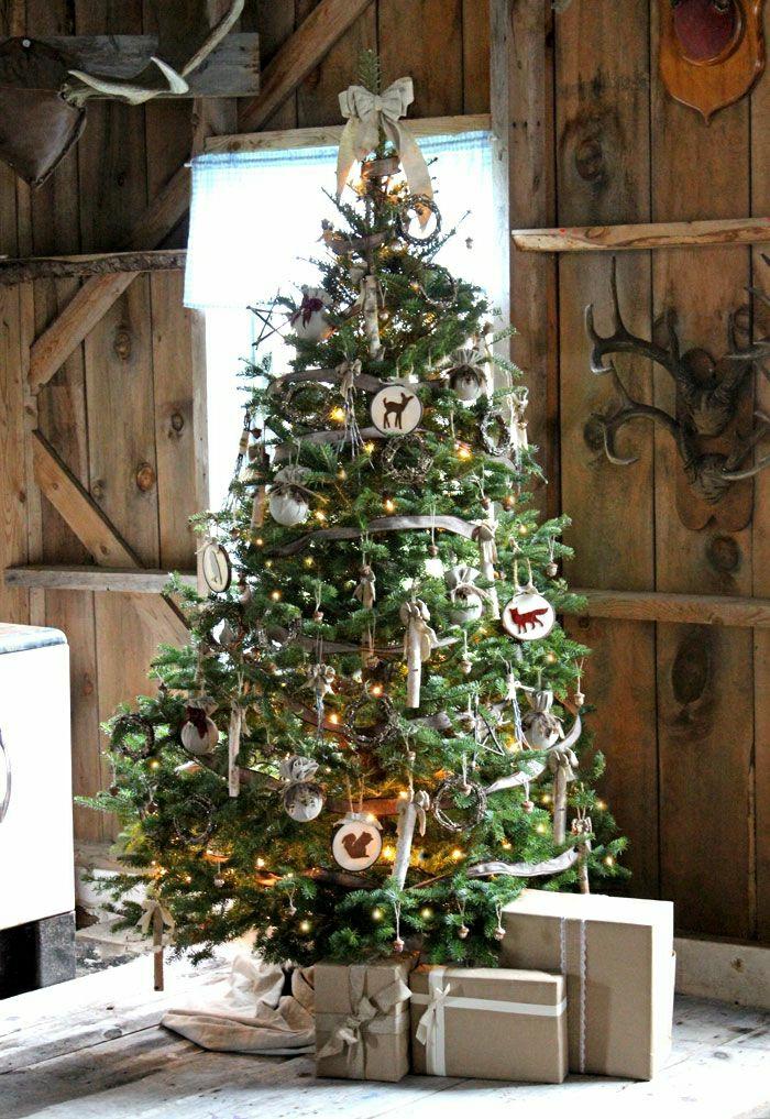 ambiente en estilo rústico, decoración árbol con adornos navideños rusticos, arbol de navidad reciclado