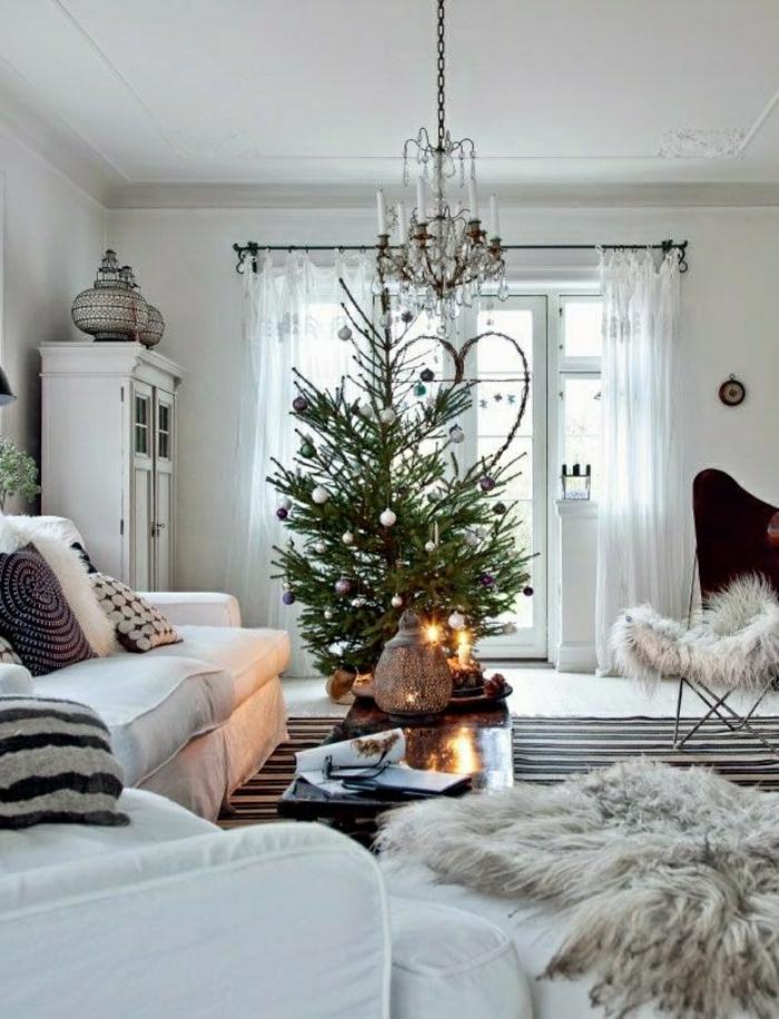 precioso salón decorado en estilo escandinavo con árbol de navidad pequeños adornos