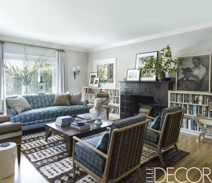 salón decorado en estilo vitnage con muebles de diseño, sofá azul estampada, pintura salon dos colores