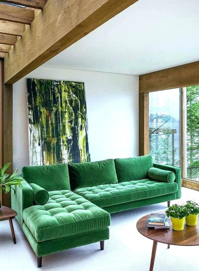 habitaciones pintadas en blanco con muebles en colores llamativos, precioso sofá en estilo vintage en verde