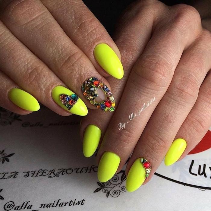 diseños de uñas exclusivos, decoración con acrilico para uñas y piedras decorativas, uñas pintadas en colores neones
