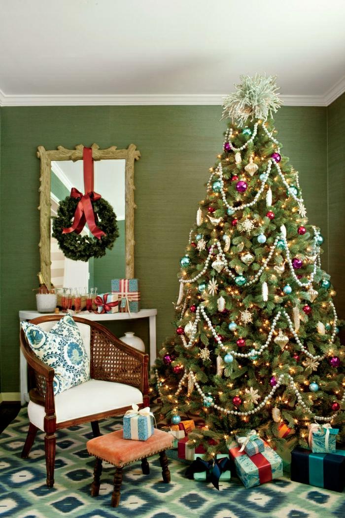 salón decorado en verde y azul con muebles vintage, decoración en estilo vintage, árbol navideño decorado en la misma estética