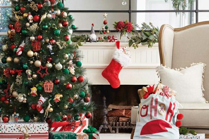 decoración de encanto árbol de navidad tradicional con adornos en rojo, verde y dorado, chimenea de leña
