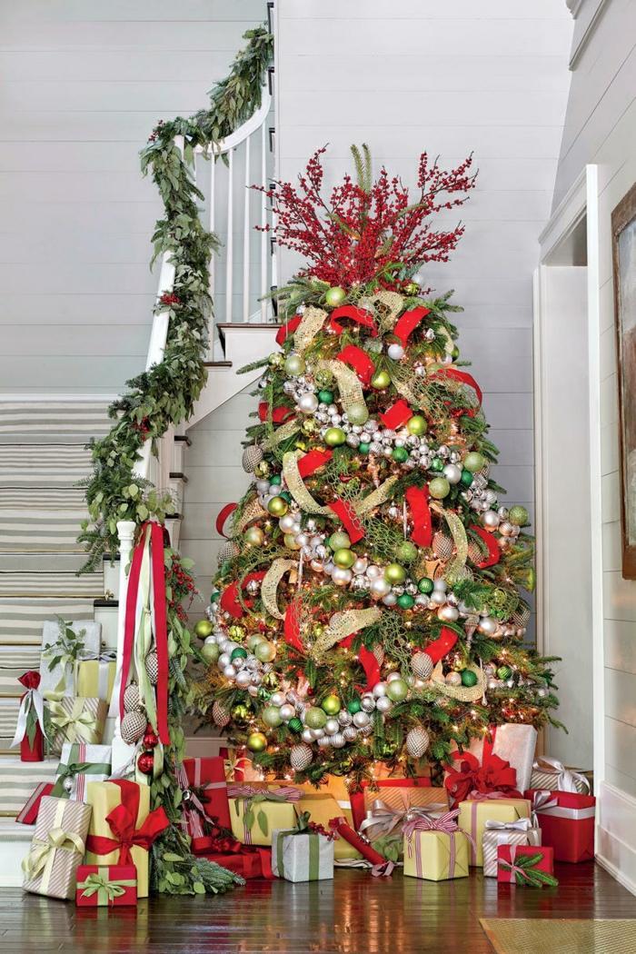 últimas tendencias en decoración de árboles de navidad 2018, árbol decorado en rojo y dorado con cintas de tela