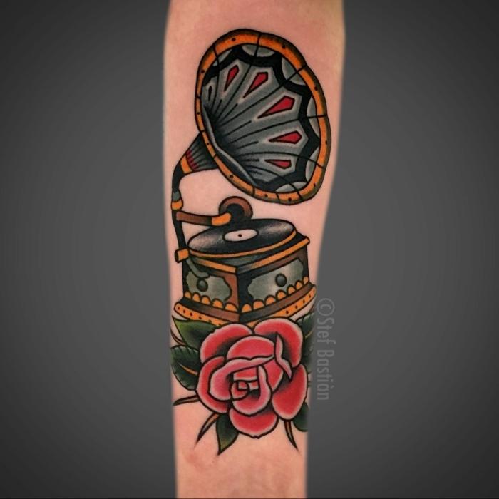 diseños de tatuajes para hombres en el brazo, tatuajes americanos tradicionales, tocadiscos con rosas tatuado en el antebrazo