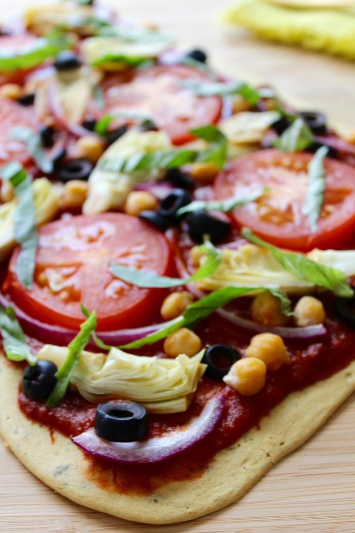 irresistibles propuestas de recetas veganas rapidas, pizza vegana casera con salsa de tomates, cebolla, aceitunas y maiz