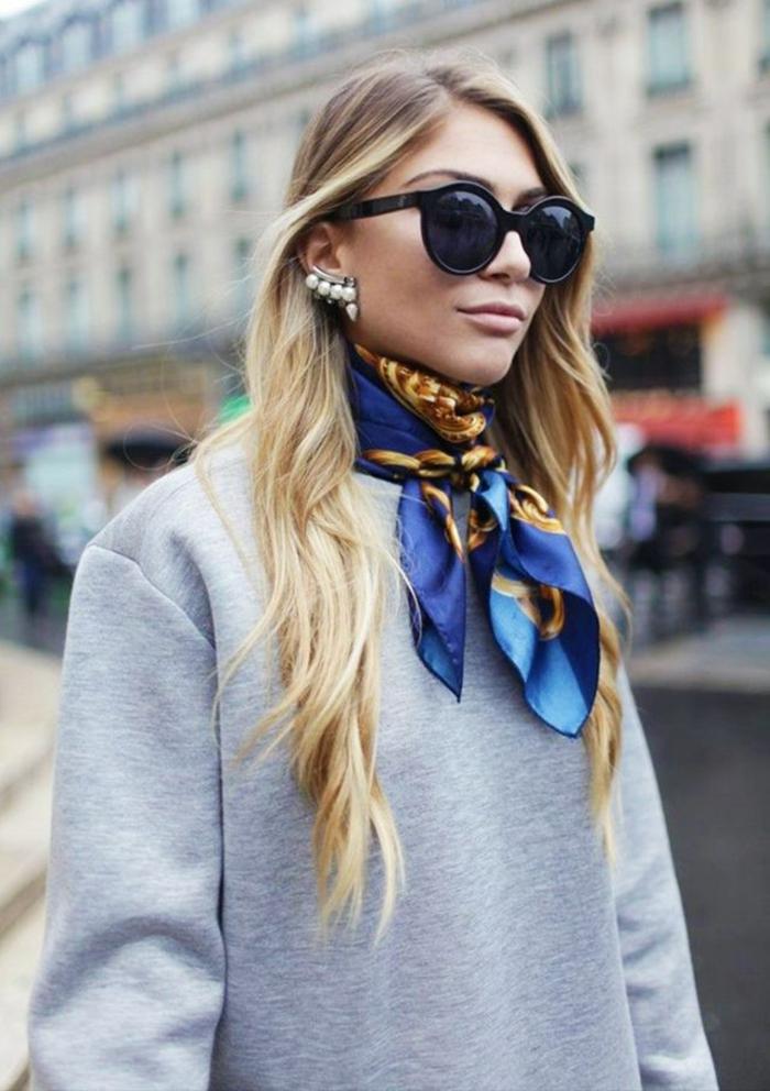 formas de ponerse un fular elegantes, jersey en gris adornado por un pequeño pañuelo de seda en azul y dorado