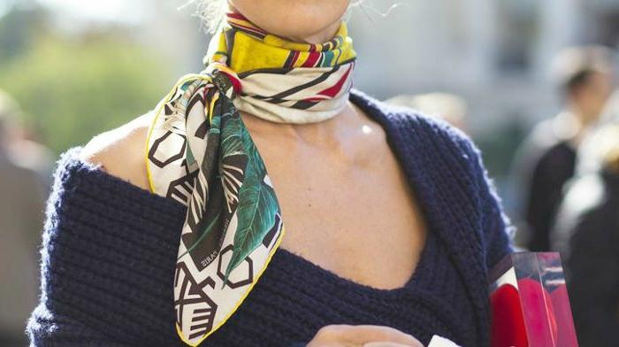 formas de ponerse un fular creativas, pañuelo en el cuello con motivos florales, jersey moderno