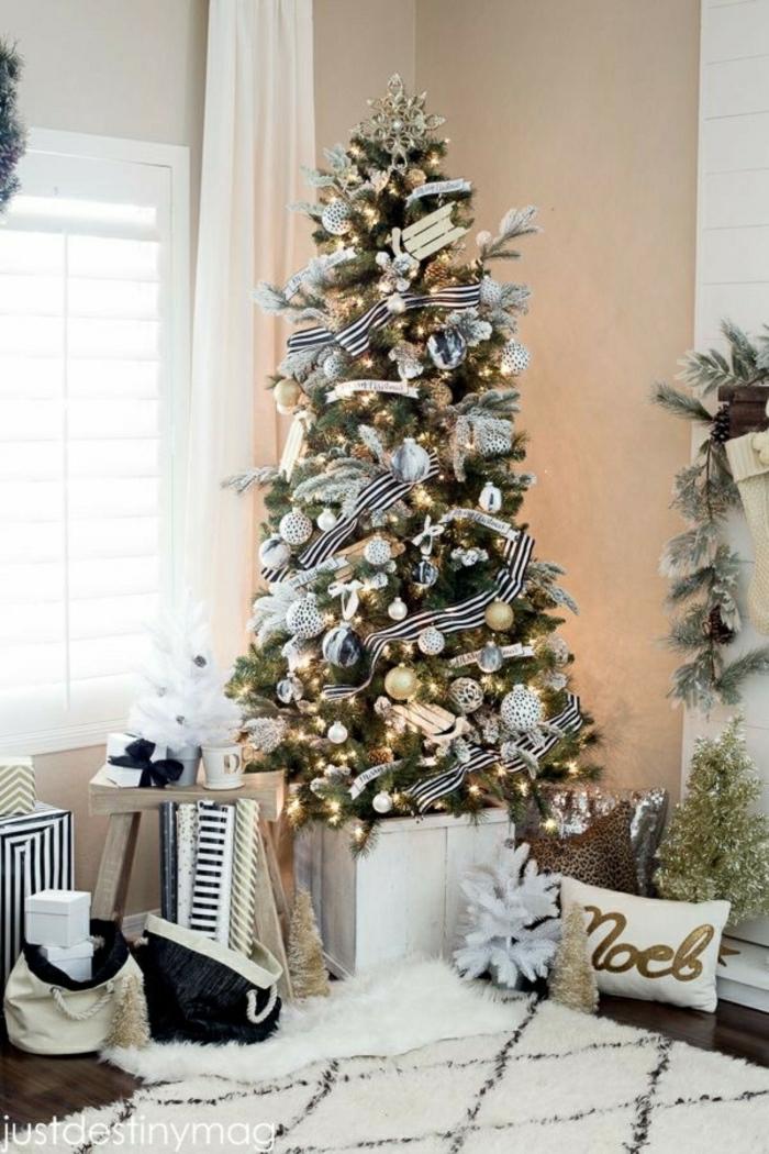 árbol de navidad moderno y original decorado en blanco y negro con bolas en dorado, plateado y color champán