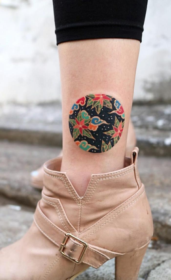 los mejores tatuajes en estilo old school, tatuajes geométrico tatuado en el tobillo con ornamentos y motivos florales