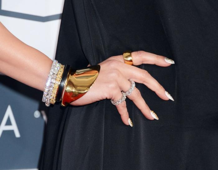 acrilico para uñas, bonitas uñas largas muy afiladas pintadas en blanco con decoración en dorado, últimas tendencias en uñas decoradas