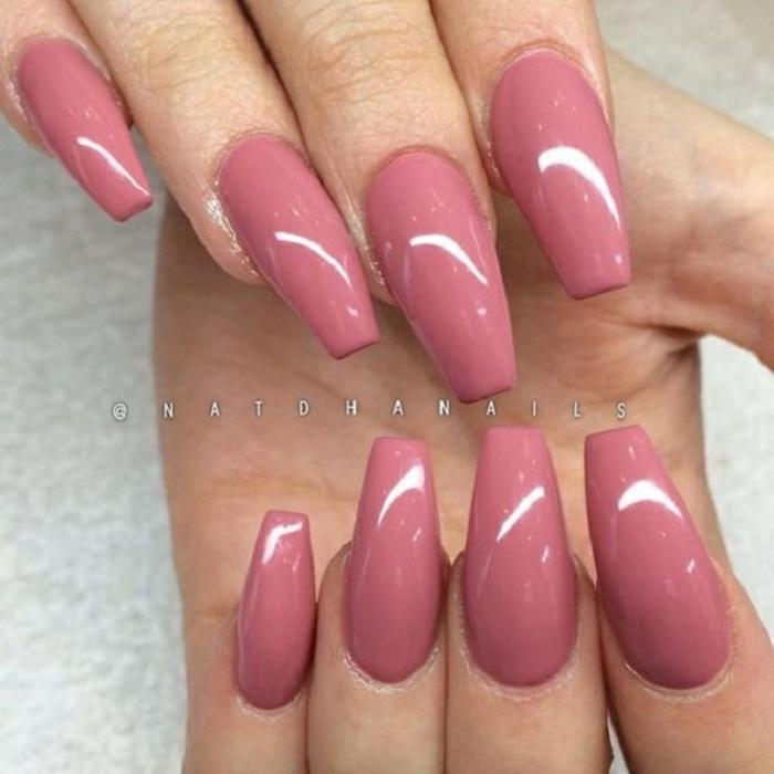 acrilico para uñas en forma de ballerina, uñas muy largas pintadas en color salmón, tendencias colores 2019