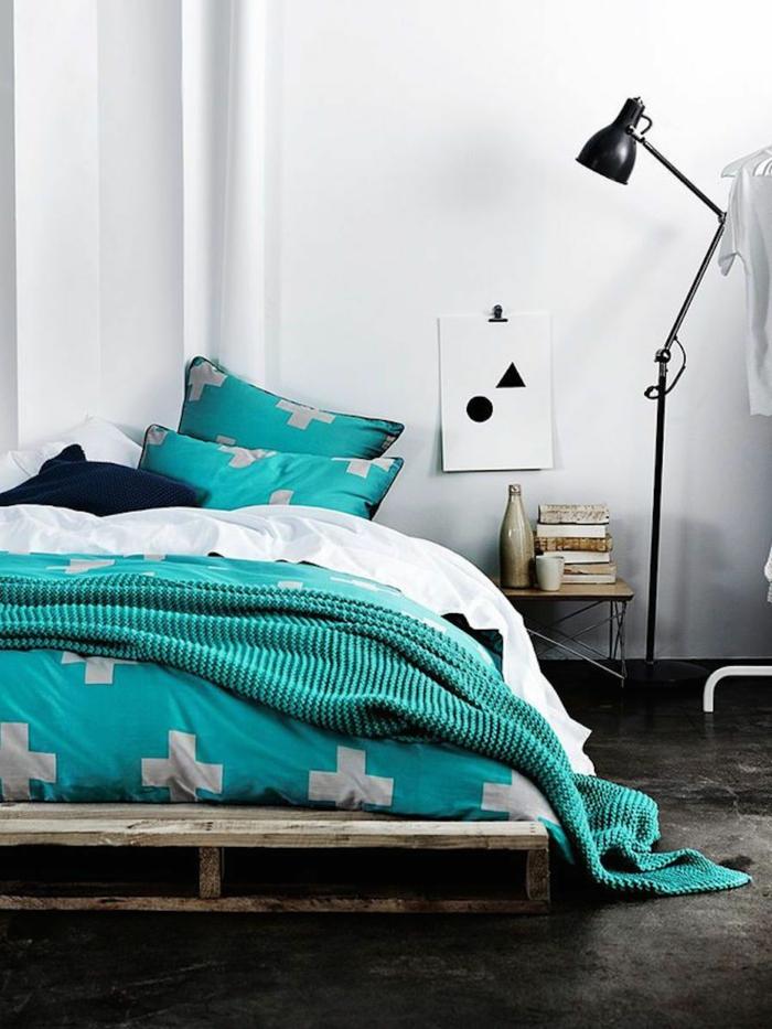 ideas de decoracion con palets para dormitorios, cama DIY hecha con palets, habitación decorada en estilo contemporáneo