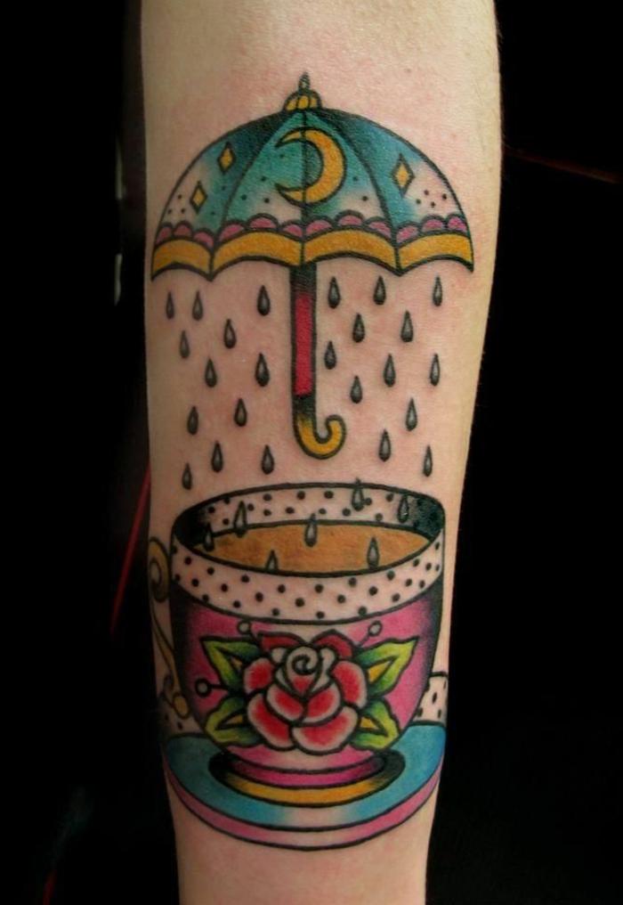 tatuajes en el brazo diseños vintage para hombres y mujeres, taza de café con motivos florales, paraguas