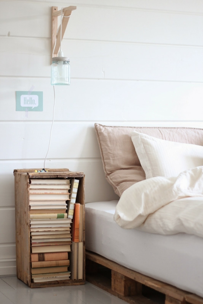 bonito rincón de un dormitorio moderno decorado en tonos pasteles, decoracion con palets ideas DIY