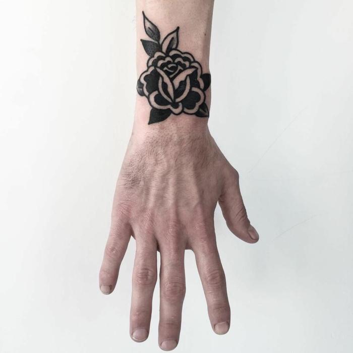 ideas de tatuajes en la muñeca hombre, los mejores tatuajes clásicos, rosa vintage en negro tatuada en el antebrazo