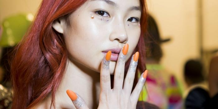 diseños de uñas bonitos según las últimas tenencias, uñas largas en acrílico pintadas en un solo color, uñas color naranja acabado mate